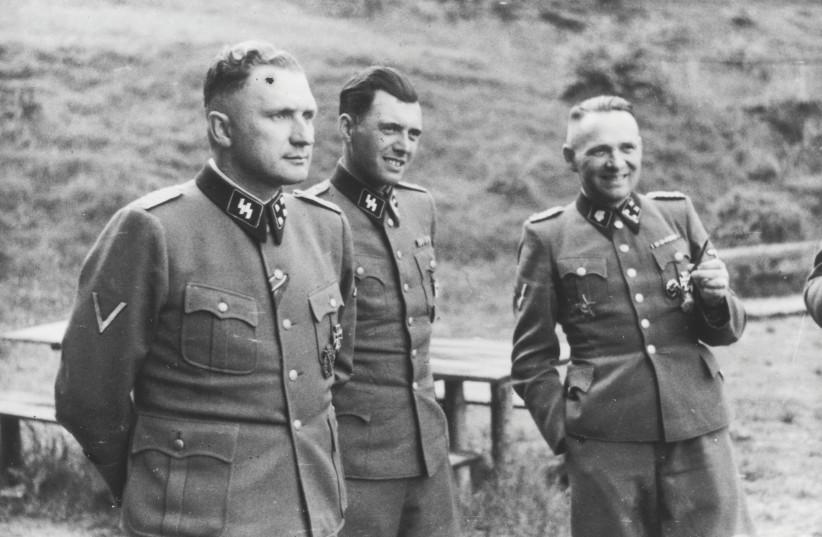 Officiers SS. De gauche à droite : Richard Baer (commandant d'Auschwitz), Josef Mengele et Rudolf Hoess (ancien commandant d'Auschwitz) (photo credit: WIKIPEDIA)