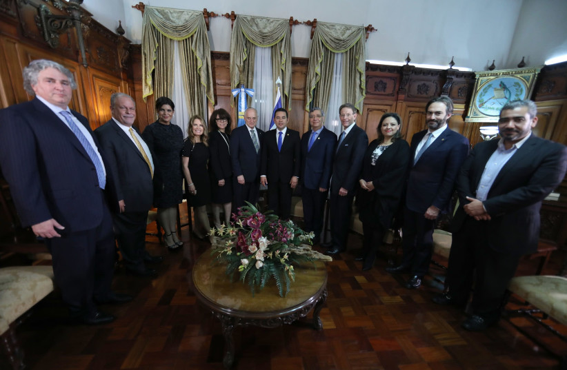 A meeting between the President of Guatemala with a group of leaders from the Mission of Gratitude and Solidarity with Guatemala (photo credit: FUENTE LATINA)