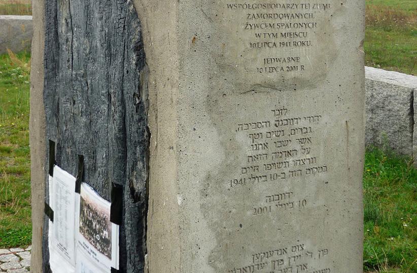 Stèle dédiée au souvenir du pogrom de Jedwabne (Pologne) en 1941 (photo credit: WIKIPEDIA)