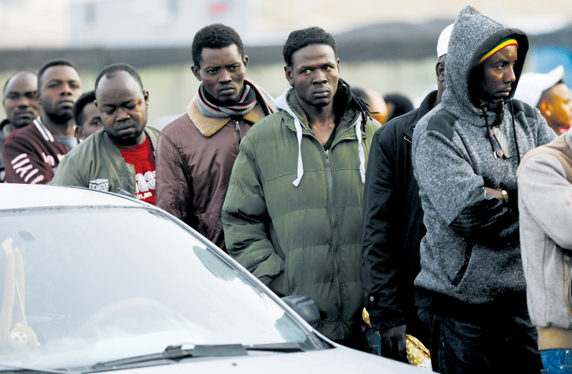 Migrants africains attendant l'ouverture du bureau de l'Autorité de la population et de l'immigration à Bnei Brak le 4 février (photo credit: NIR ELIAS / REUTERS)