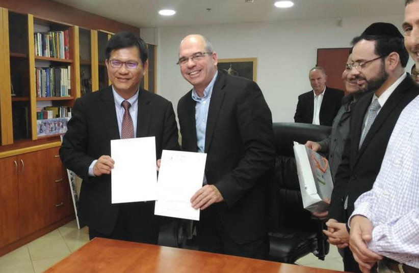 PETAH TIKVA MAYOR Itzik Braverman, right, poses with Chia-lung Lin, the mayor of Taichung City, Taiwan, after signing a sister-city agreement. (Courtesy) (photo credit: Courtesy)