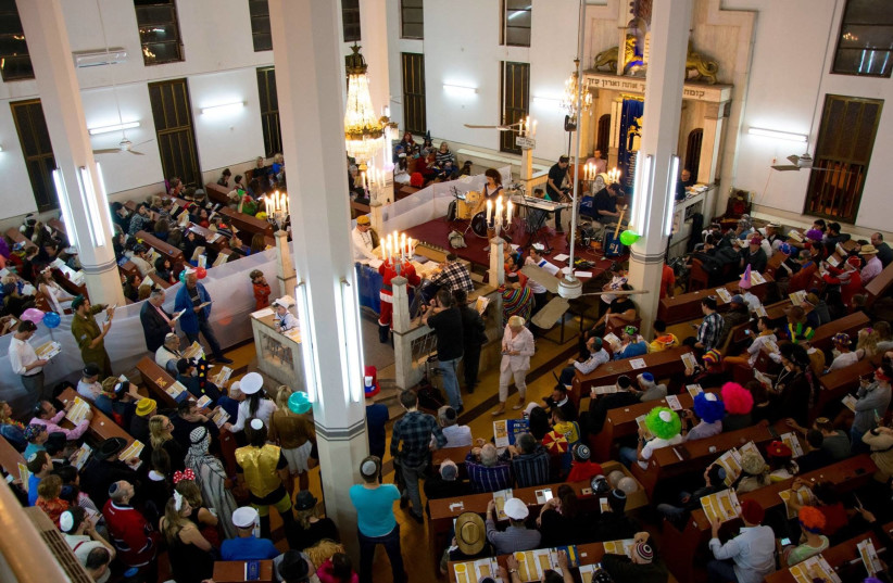 A packed house for the Purim megila reading in 2016 at the Tel Aviv International Synagogue (photo credit: JULIANE HELMHOLD)
