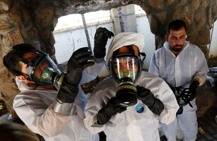 Syrian medical staff take part in a training exercise to learn how to treat victims of chemical weapons attacks, in a course organized by the World Health Organisation (WHO) in Gaziantep, Turkey (photo credit: MURAD SEZER/REUTERS)