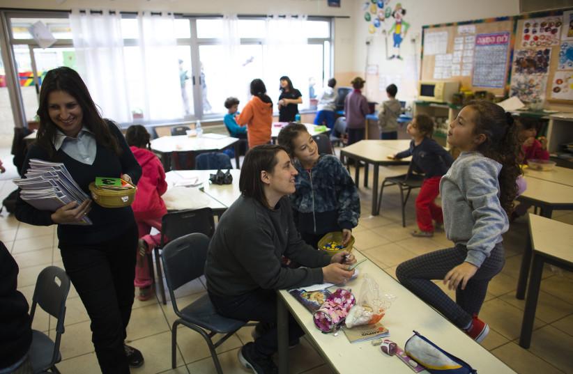 Second grade school children attend class at the Hand in Hand Arab Jewish bilingual school in Jerusalem December 3, 2014. (photo credit: RONEN ZVULUN / REUTERS)