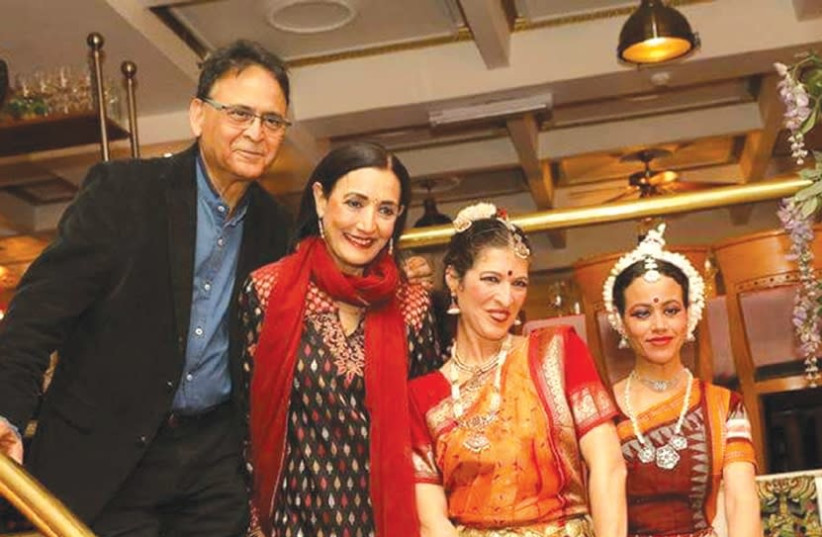 Vinod and Reena Pashkarna with Indian entertainers (photo credit: Courtesy)
