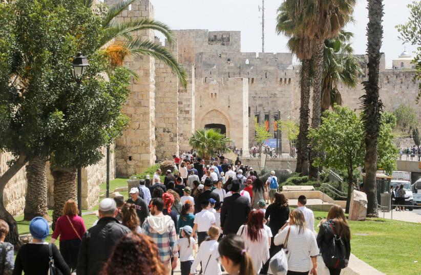 Tourists entering Jaffa gate in Jerusalem  (photo credit: MARC ISRAEL SELLEM/THE JERUSALEM POST)