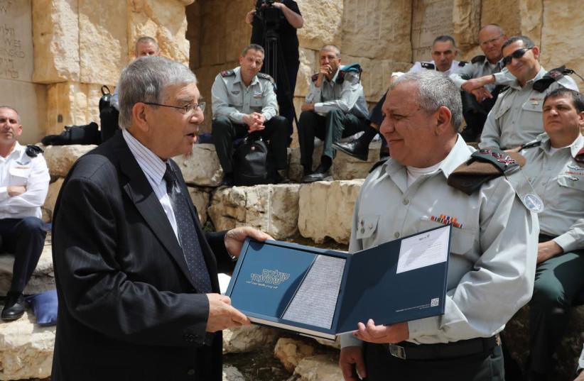 """Avner Shalev presenting the """"Kolchem Shamati"""" anthology to IDF Chief of General Staff Lt. Gen. Gadi Eisenkot (photo credit: COURTESY YAD VASHEM)"""