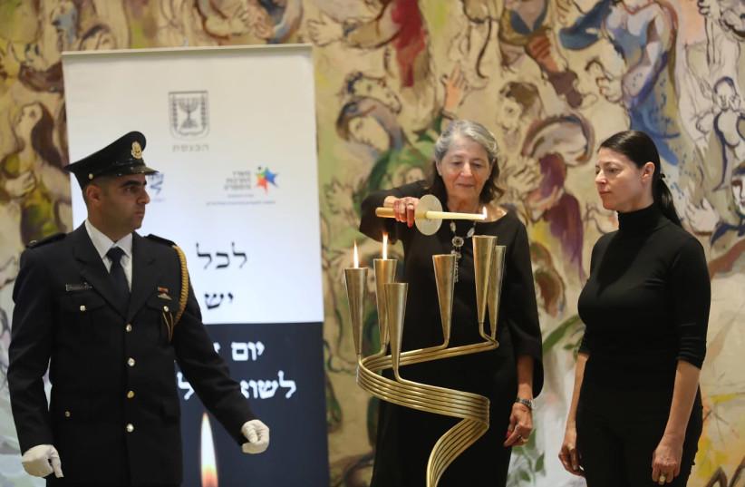 Mk Merav Mikhaeli and mother Susie Kastner light a candle for Rudolph Kastner in Knesset ceremony April 12, 2018 (photo credit: YONATAN ZINDEL/KNESSET SPOKESMAN)