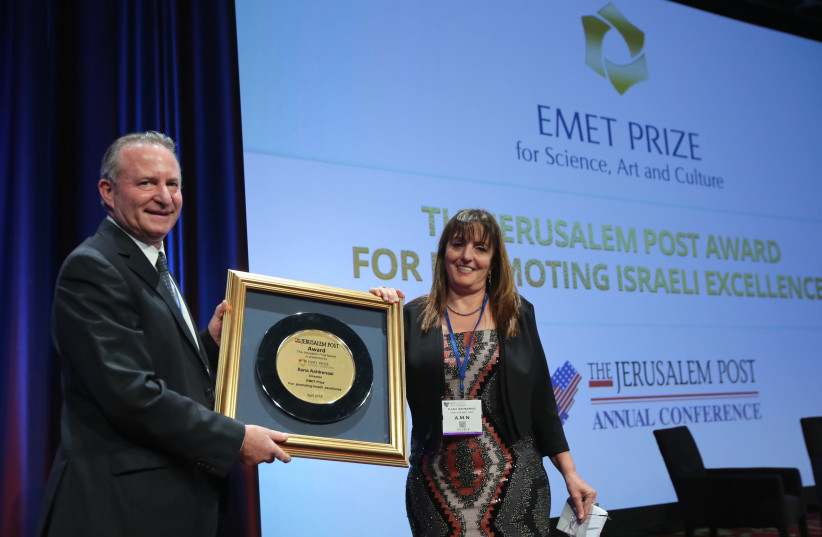 Award presentation to the EMET Prize Director, Ilana Ashkenazi, for Promoting Excellence Among Women in Israel, by The Jerusalem Report Editor Steve Linde at the 7th Annual JPost Conference in NY (photo credit: MARC ISRAEL SELLEM)