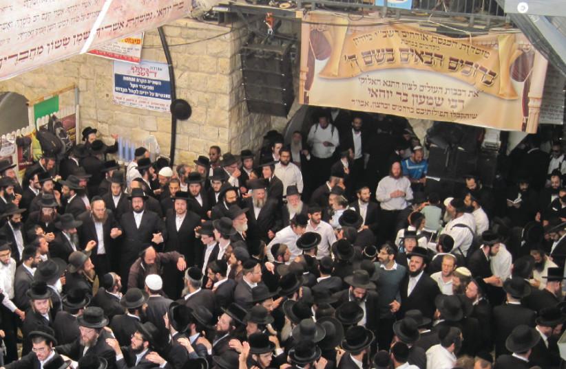 Les adorateurs se réunissent sur la tombe du rabbin Shimon Bar Yohai sur Lag Baomer en 2016 à Meron (crédit photo: Wikimedia Commons)