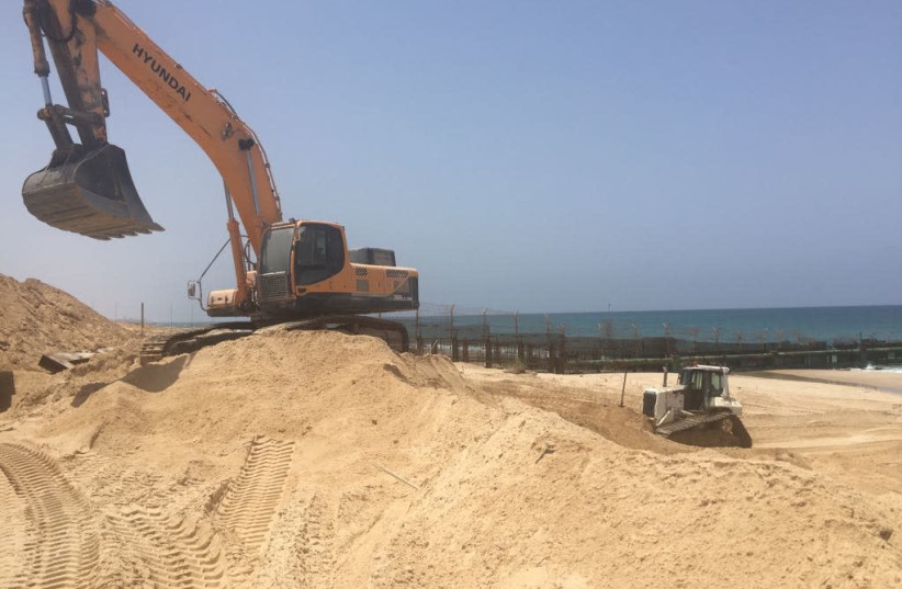 Construction on a new barrier along the sea in Gaza (photo credit: DEFENSE MINISTRY)