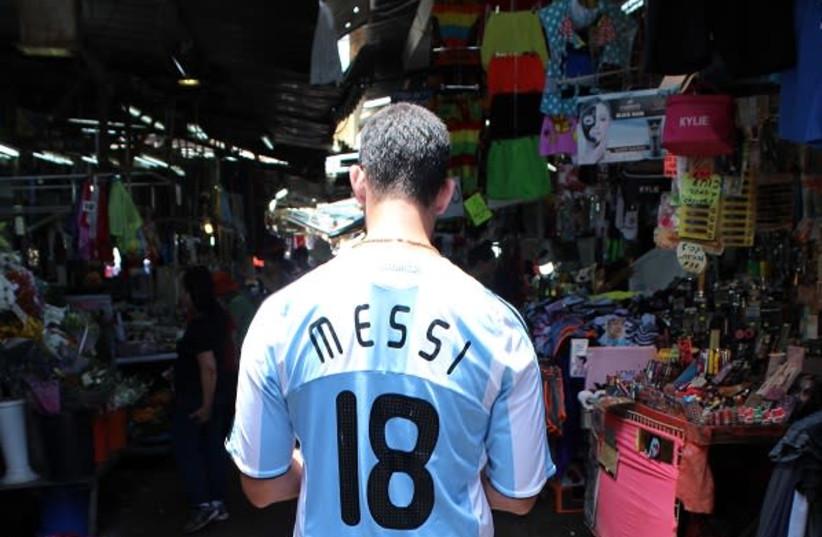 Argentina fan Remy Friedman at the market in Tel Aviv (photo credit: RUTY KOROTAEV)