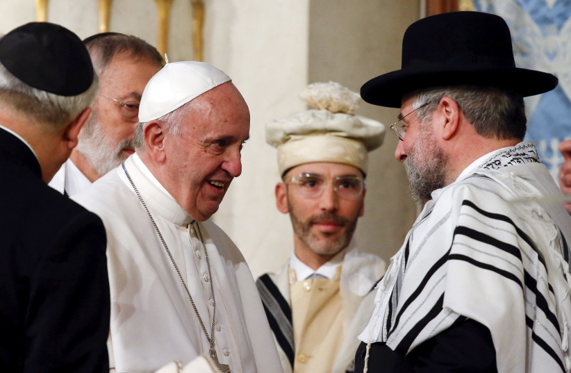 Pope Francis is greeted as he arrives at Rome's Great Synagogue, Italy January 17, 2016 (photo credit: REUTERS/ALESSANDRO BIANCHI)