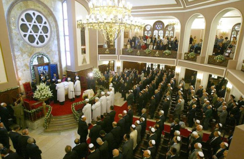 Turkish Jews join to blessing prayers of Mi Sheberah by Chief Rabbi Izhak Haleva at Neve Shalom synagogue in Istanbul (photo credit: REUTERS/FATIH SARIBAS)