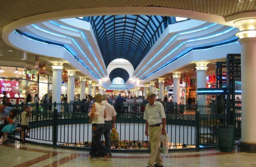 Inside Jerusalem's Azrieli Malcha Mall (photo credit: WIKIMEDIA COMMONS/יהודית גרעין-כל)