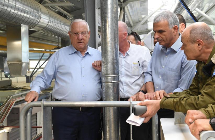President Reuven Rivlin and Moshe Kahlon (Kulanu) inspect the Kalandiya crossing, July 18, 2018 (photo credit: MARK NEYMAN/GPO)