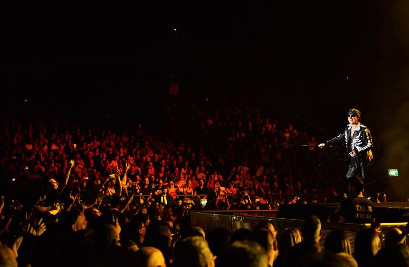 Scorpions frontman Klaus Meine during a concert at Tel Aviv's Menora Mivtachim Arena, July 19 2018 (photo credit: JULIANE HELMHOLD)