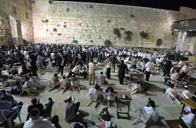 The western wall male side on Tisha B'av, 2018 (photo credit: THE WESTERN WALL HERITAGE FOUNDATION)