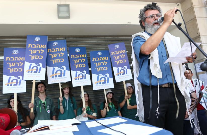 Rabbi Dov Hayun speaks at the prayer service and demonstration outside the Haifa Rabbinical Court on Sunday (photo credit: PHOTOMANIA PHOTOGRAPHERS)