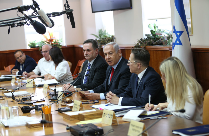 Prime Minister Benjamin Netanyahu sitting with cabinet at government meeting on July 23, 2018 (photo credit: ALEX KOLOMOISKY / POOL)