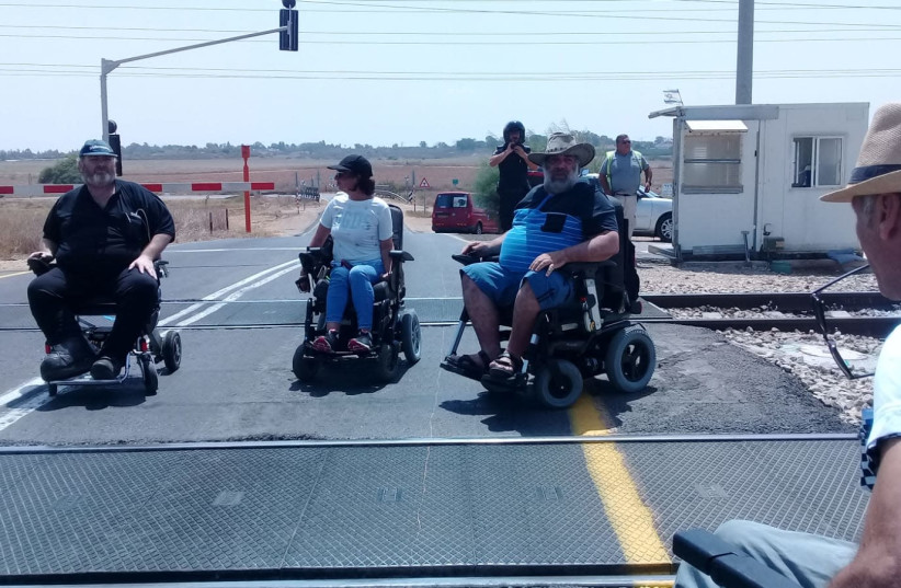 15 handicapped demonstrators stopped. railroad traffic  (photo credit: DISABLED BECOME PANTHERS)