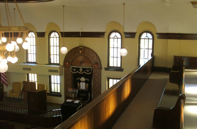 View from the women's gallery behind the Mechitza of the Torah ark in the B'nai Jacob Synagogue in Ottumwa, Iowa (photo credit: DOUGLAS W. JONES/WIKIMEDIA COMMONS)