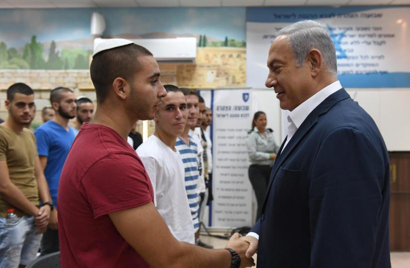 Prime Minister Benjamin Netanyahu meets with new IDF recruits, July 26, 2018 (photo credit: HAIM ZACH/GPO)