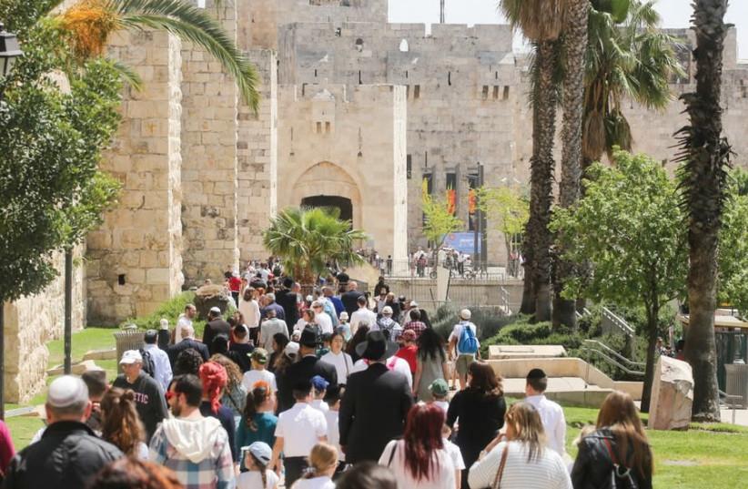 HUNDREDS OF tourists walk towards Jaffa Gate in Jerusalem (photo credit: MARC ISRAEL SELLEM)