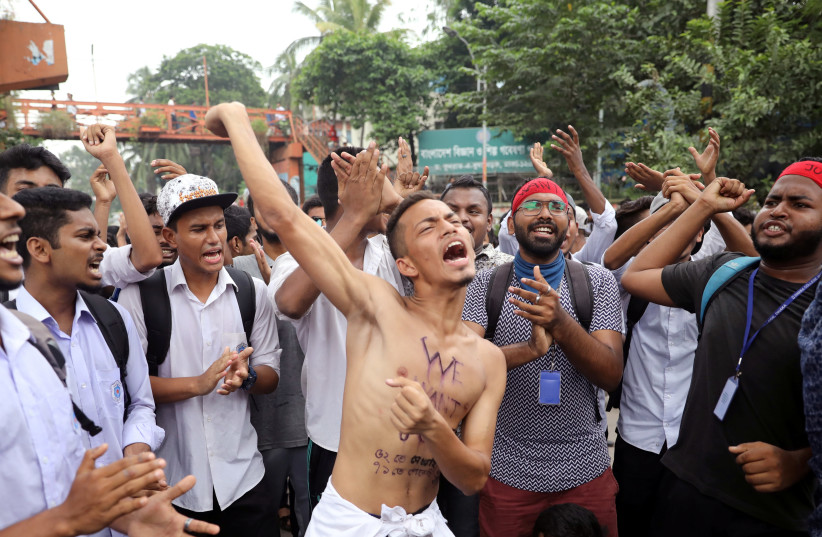 Students shout slogans as they take part in a protest over recent traffic accidents that killed a boy and a girl, in Dhaka, Bangladesh, August 4, 2018.  (photo credit: REUTERS/MOHAMMAD PONIR HOSSAIN)