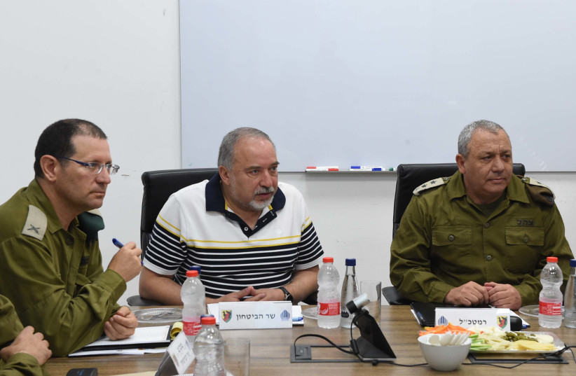 Defense Minister Avigdor Liberman (C) on a visit to the Gaza Division, August 13, 2018 (photo credit: SHACHAR LEVY/DEFENSE MINISTRY)