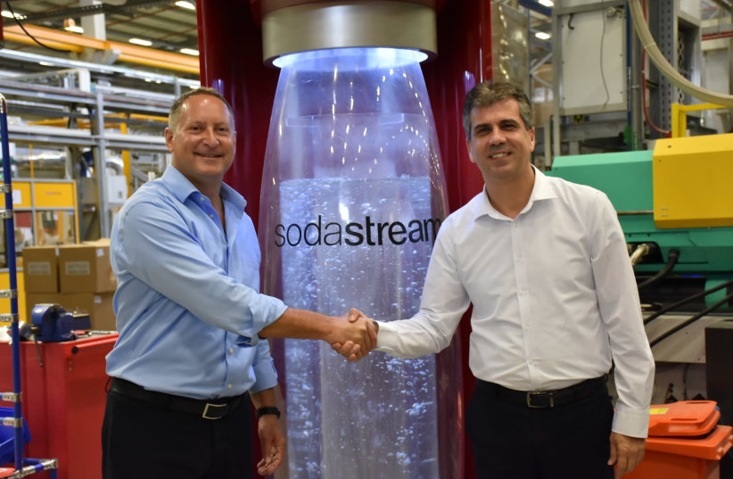 Minister of Economy and Industry, Eli Cohen (right), and SodaStream's CEO Daniel Birnbaum at the Ministry of Economy  (photo credit: ECONOMY MINISTRY)