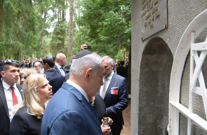 Prime Minister Benjamin Netanyahu visits the Vilna Gaon's tombstone in Lithuania, August 2018 (photo credit: AMOS BEN-GERSHOM/GPO)