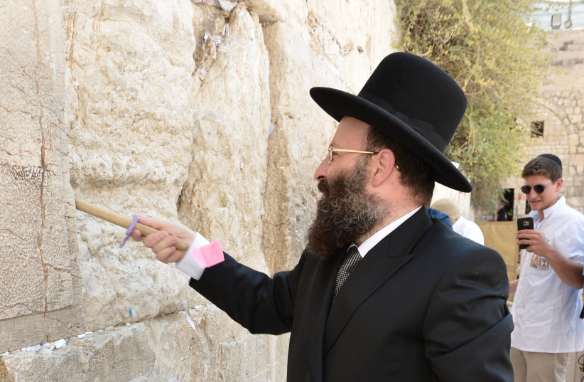 Notes to God emptied by Rabbi Shmuel Rabinovitch from the Western Wall ahead of Rosh Hashana (August 28, 2018).  (photo credit: WESTERN WALL HERITAGE FOUNDATION)