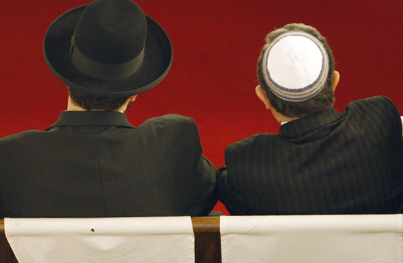 Members of the Jewish community in France attend a service at the synagogue in Bordeaux, southwestern France, January 18, 2009.  (photo credit: REUTERS/REGIS DUVIGNAU)