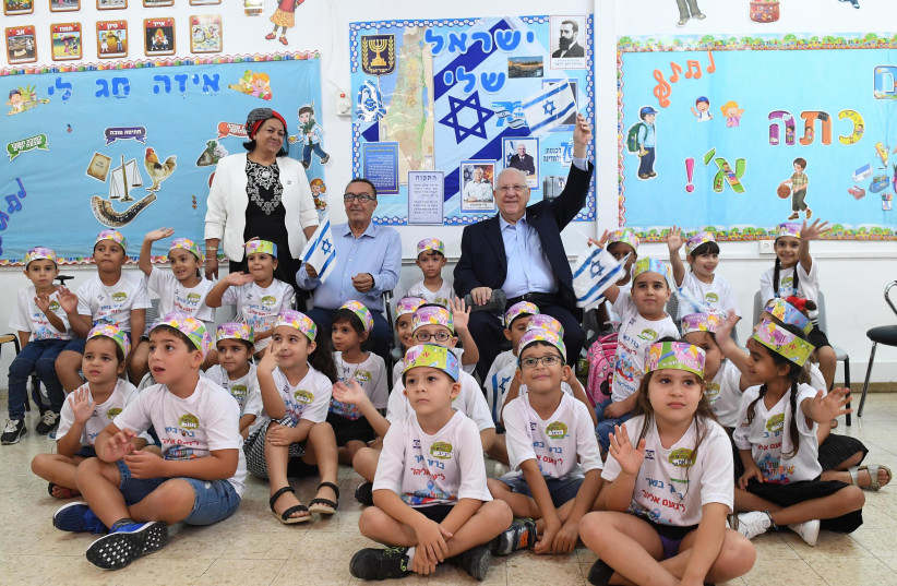 Presdient Rivlin with first graders in Netivot, September 2nd 2018 (photo credit: Mark Neiman/GPO)