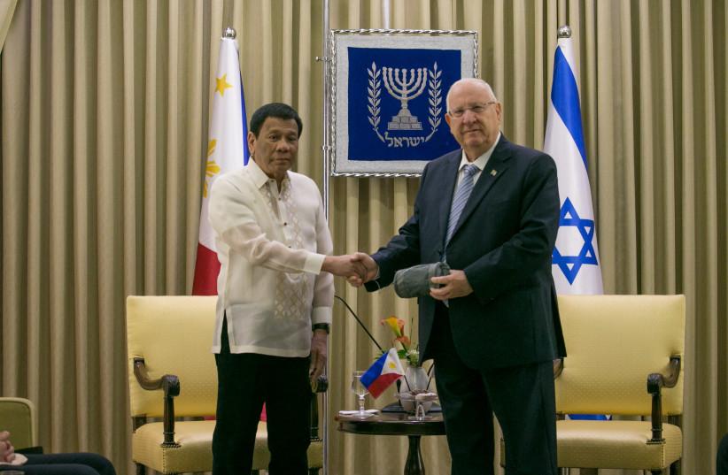 Rodrigo Duterte (L) and Reuven Rivlin (R), September 4, 2018 (photo credit: OHAD TZVEIGENBERG/POOL)
