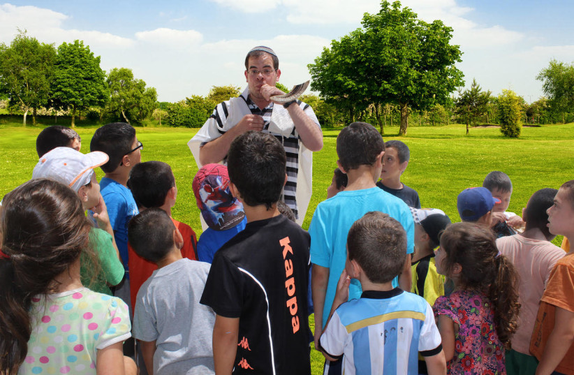 """""""Shofar in the Park,"""" an initiave from Ohr Torah Stone """"Yachad"""" progam, Tzohar Rabbinical Organization and the Israeli Corporation of Community Centers to take place for the third year in a row around public spaces in Israel. (photo credit: OHR TORAH STONE)"""