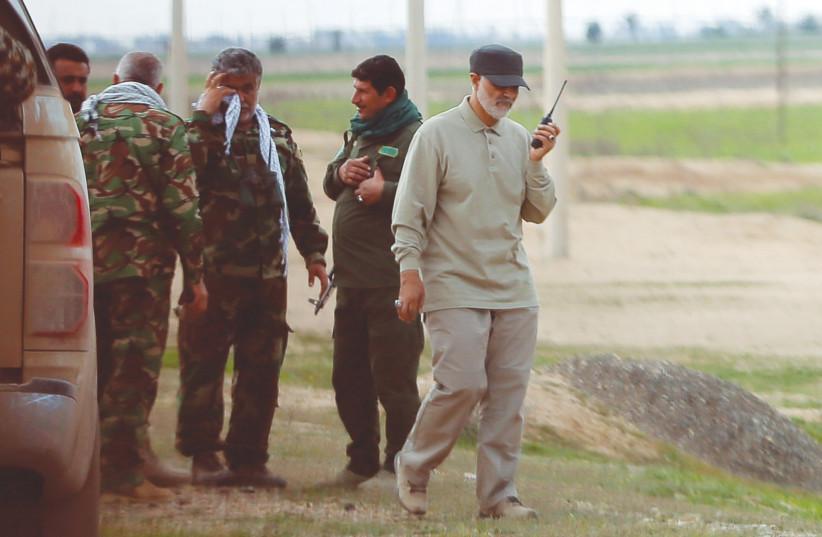 Qassem Soleimani, commandant du Corps des gardes révolutionnaire iranien, utilise un talkie-walkie sur les lignes de front lors d'opérations offensives contre l'État islamique, dans la province de Salahuddin en 2015 (crédit photo: REUTERS)