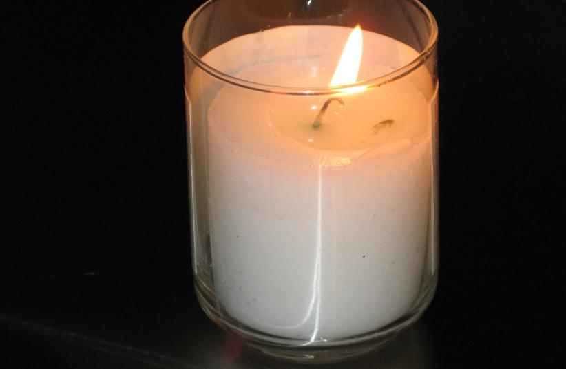 Yahrtzeit candle [Illustratvie] (photo credit: ELIPONGO/WIKIMEDIA COMMONS)