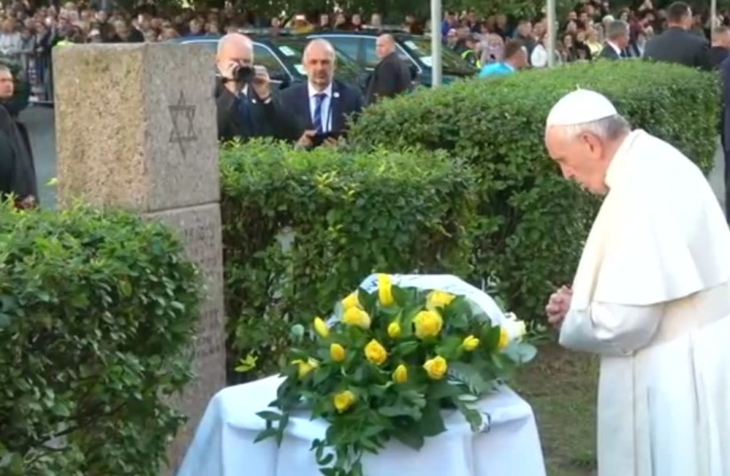 Pope Francis prays at memorial for victims of Vilnius Ghetto (photo credit: REUTERS)