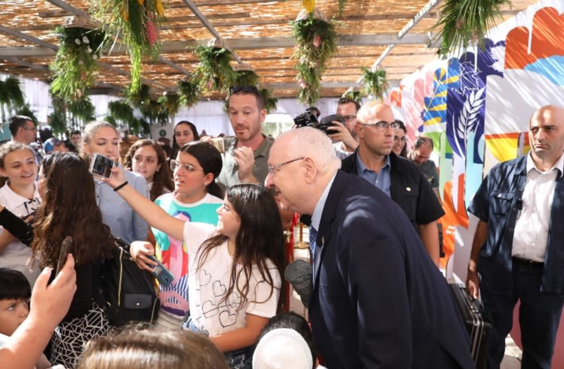 President Reuven Rivlin meets with the public, September 27, 2018 (photo credit: SHMULIK SOLOMON/GPO)