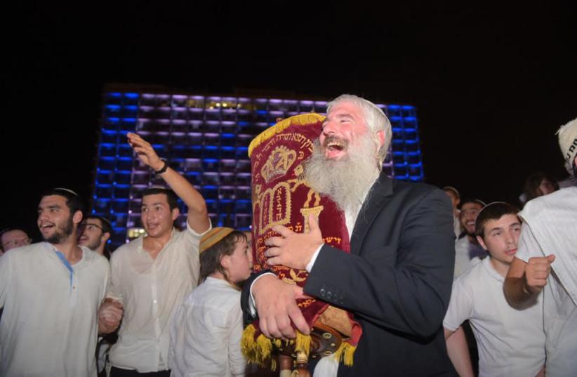 Celebration on Kikar Rabin for Simchat Torah, 2018.  (photo credit: AVSHALOM SASSONI/ MAARIV)