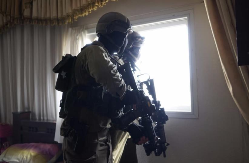 IDF soldiers looking for the Barkan Industrial Park terrorist  (photo credit: IDF SPOKESMAN'S OFFICE)