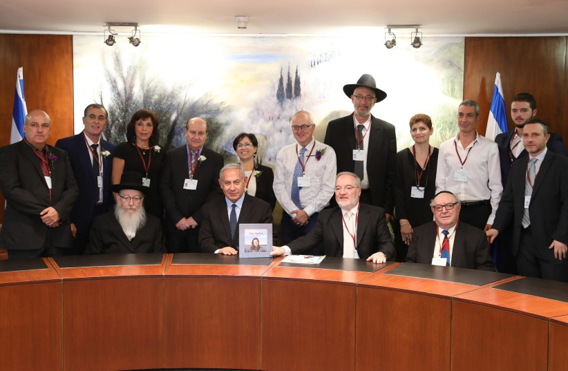 Prime Minister Benjamin Netanyahu, Minister of Health Yaakov Litzman, Minister of Education Naftali Bennett and Minister of Justice Ayelet Shaked presenting family doctors with prize (photo credit: ELI COBIN)