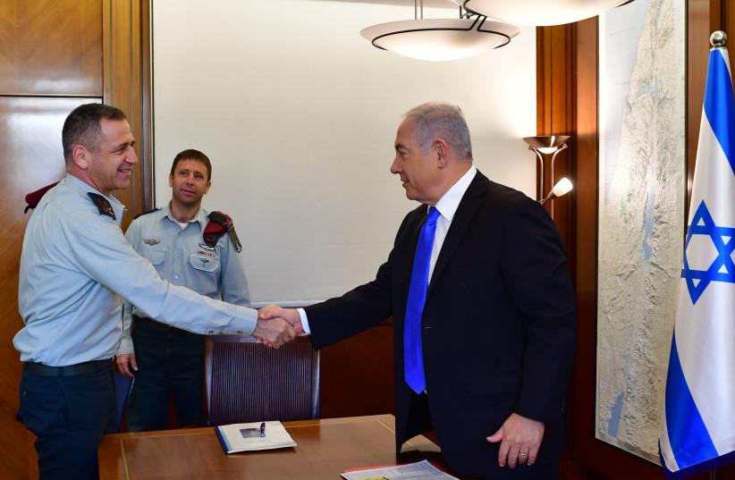 Maj.-Gen. Aviv Kochavi (L) shakes hands with Prime Minister Benjamin Netanyahu (R) during a meeting, October 29, 2018 (photo credit: KOBI GIDEON/GPO)