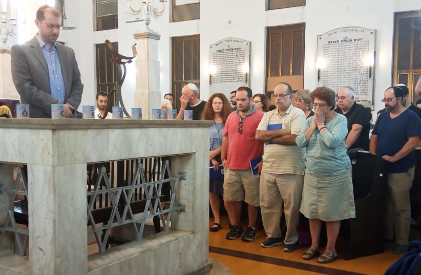Dozens of people gathered at the Tel Aviv International Synagogue on September 29, 2018 (photo credit: ANDREA BENISTI)
