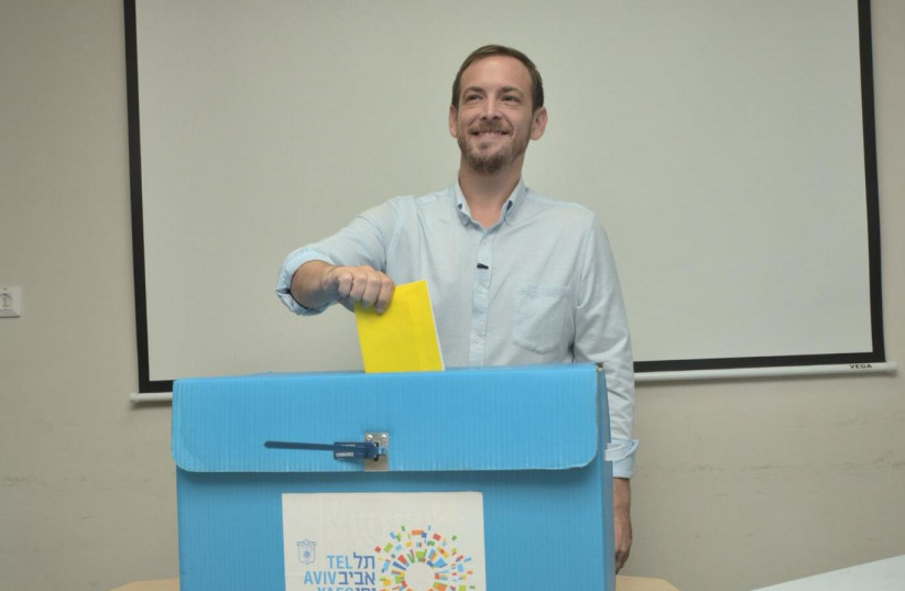 Tel Aviv mayoral candidate Asaf Zamir casts his vote in the municipal elections on Tuesday, October 30, 2018 (photo credit: MARC ISRAEL SELLEM)