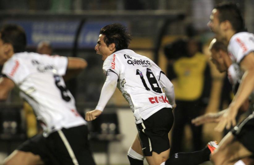 Corinthias' Fabios Santos (L), Leandro Castan (R) and team mates celebrate, Sao Paulo, 2011. (photo credit: REUTERS/PAULO WHITAKER)