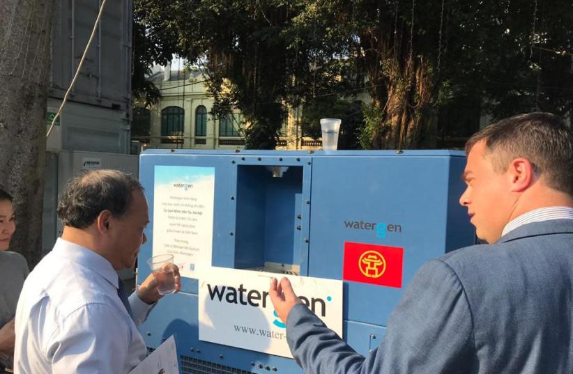 Ambassador of Israel to Vietnam Nadav Eshcar presents Watergen's GEN-350 to Vietnam's Minister of Agriculture and Rural Development Hoang Van Thang (photo credit: WATERGEN)