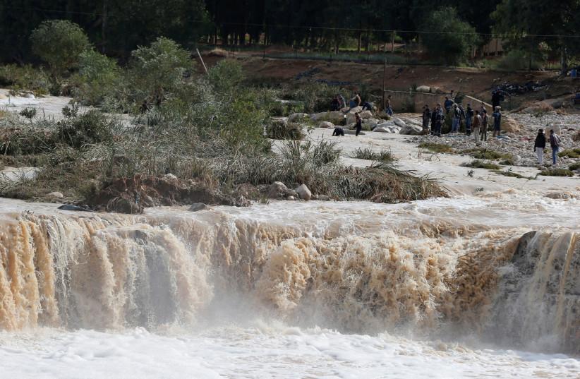 Civil defense members look for missing persons after rain storms unleashed flash floods, in Madaba city, near Amman, Jordan, November 10, 2018. (photo credit: MUHAMMAD HAMED / REUTERS)